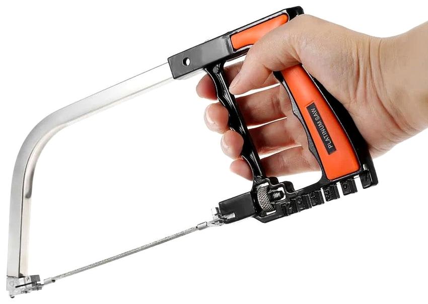 Удобство и безопасность при эксплуатации ножовки по металлу обеспечивается рукояткой