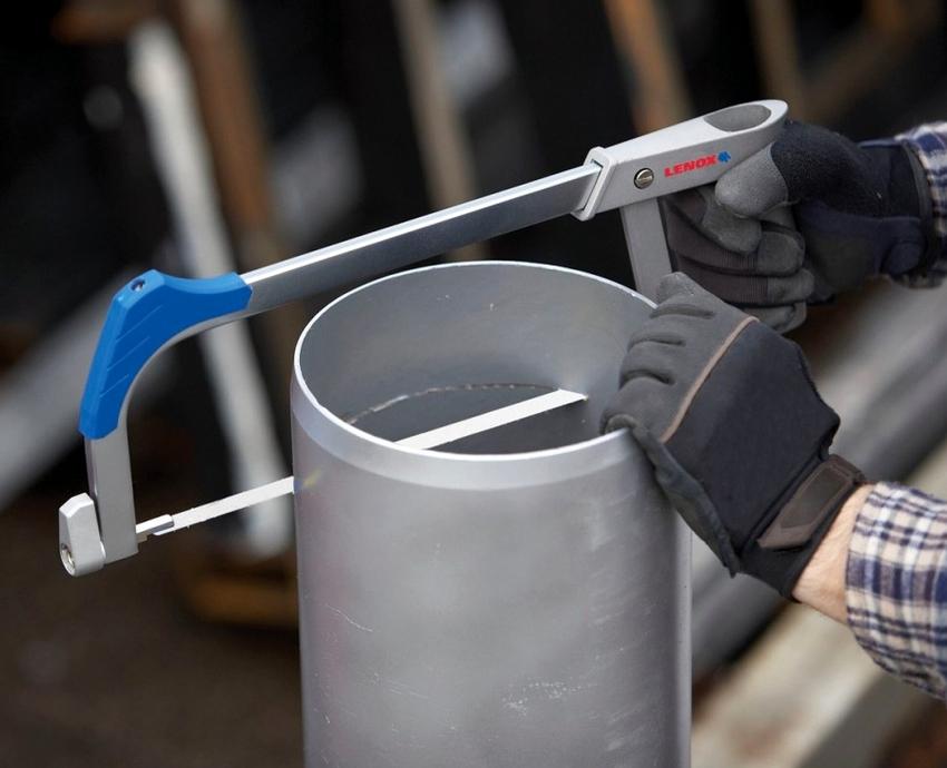 Поворотное стусло регулирует угол пропила от 15 до 135 градусов