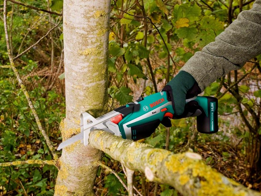 Благодаря своей маленькой массе сабельные пилы активно используются при обрезке деревьев в саду