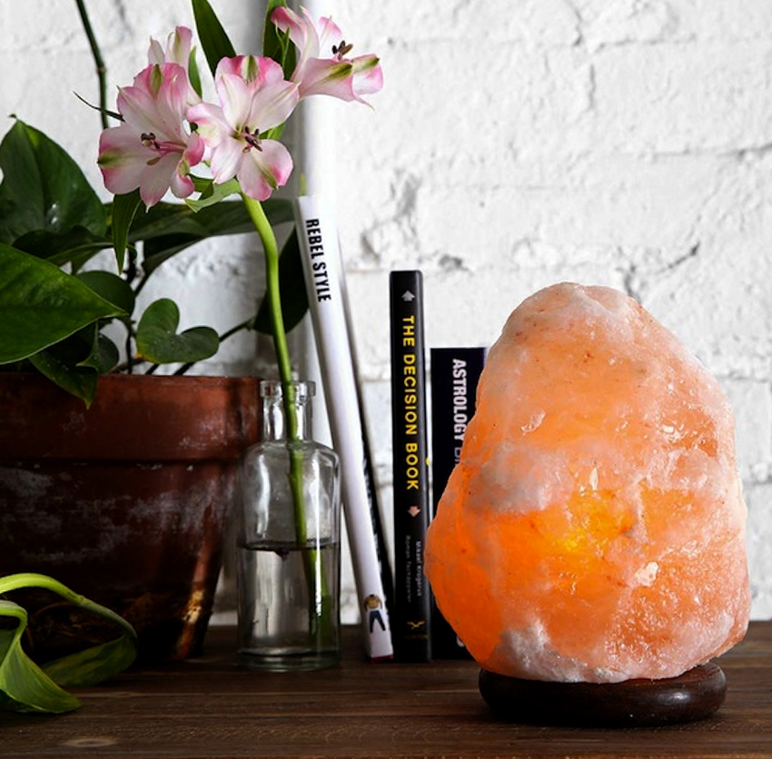 Лампа из соли способна очистить помещение от неприятных запахов и убить вредные бактерии
