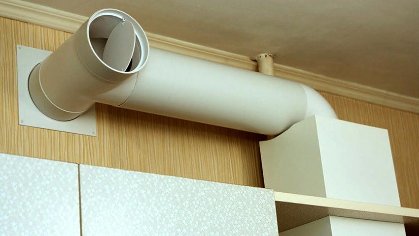 Правильно подобранная и установленная труба повышает эффективность вытяжки на кухне
