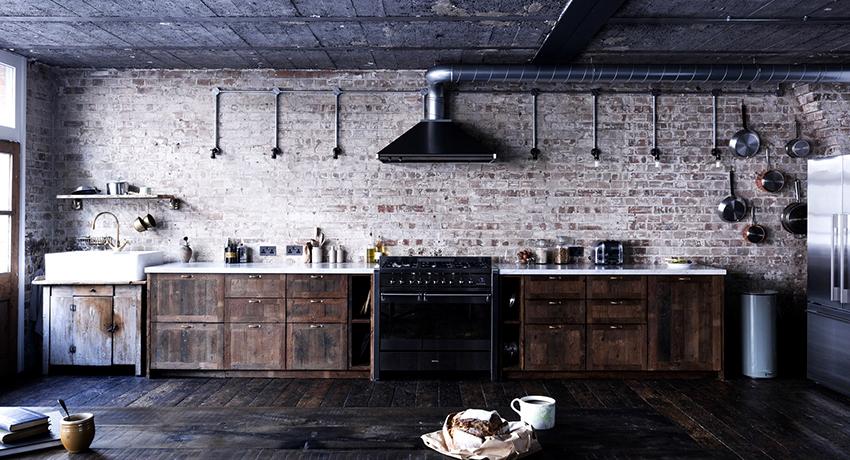 Если кухня выполнена в стиле лофт, то воздуховод может стать частью интерьера и в маскировке не нуждается