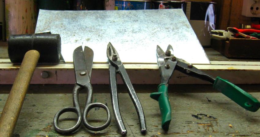 При самостоятельном изготовлении дефлектора ЦАГИ понадобятся: киянка, дрель, тиски и ножницы по металлу