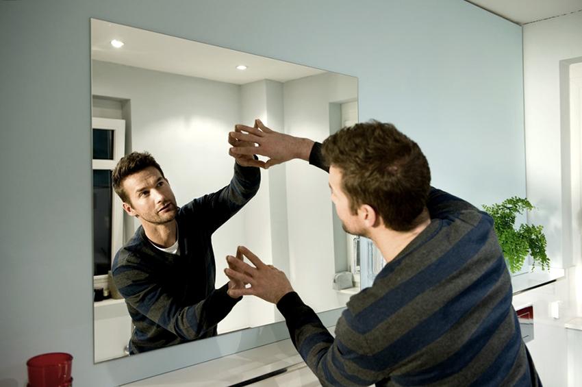 """Гвозди """"Момент Монтаж"""" быстро и надежно зафиксируют зеркало на вертикальной поверхности"""