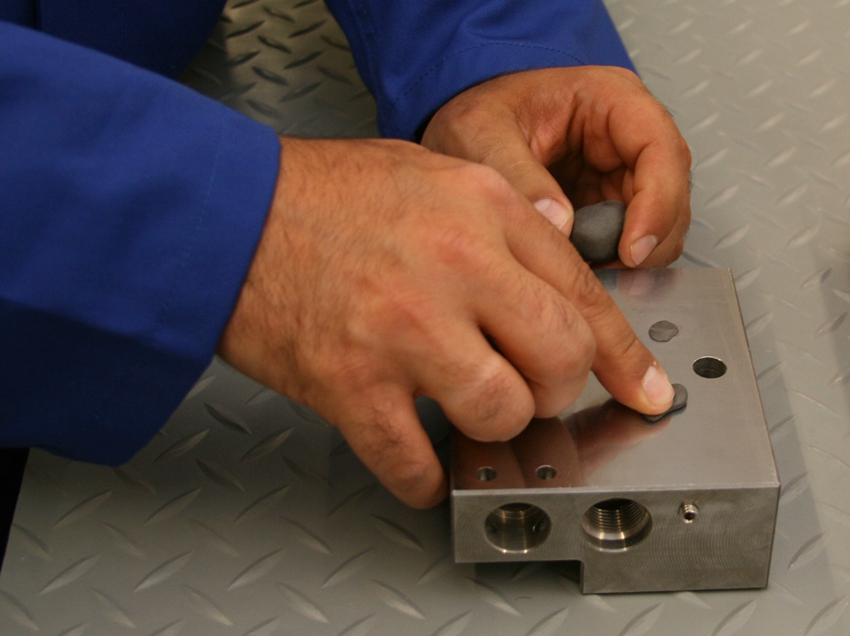 Качественные составы клея для металла могут выдерживать температуру до 1300 градусов Цельсия