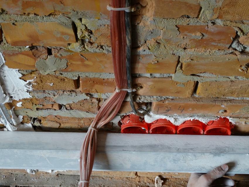 Монтаж коробок для плинтусных розеток в кирпичной стене