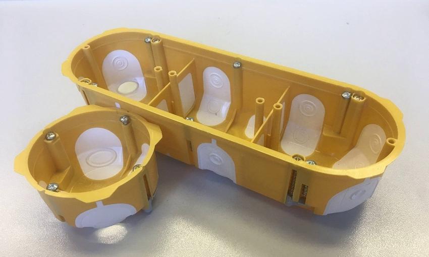 Для монтажа нескольких розеток в ряд используются удлинённые и составные конструкции стаканов