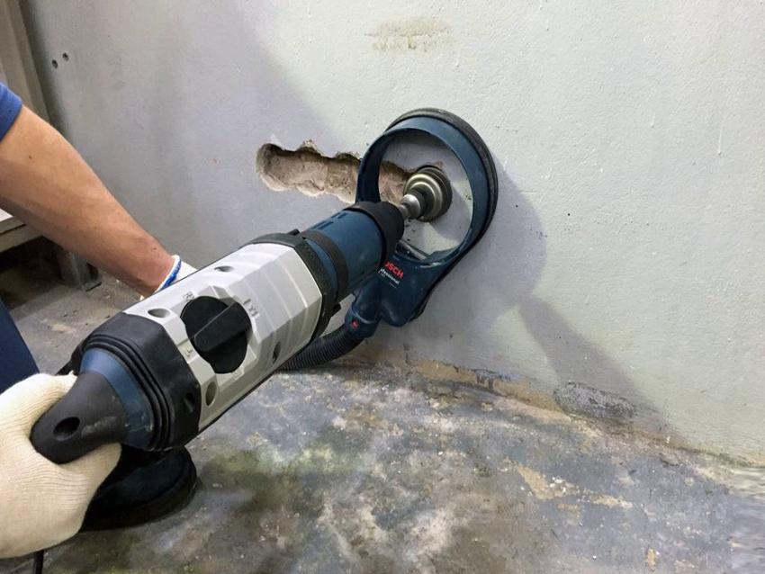 Для сверления отверстий в бетонных стенах используются специальные инструменты и насадки