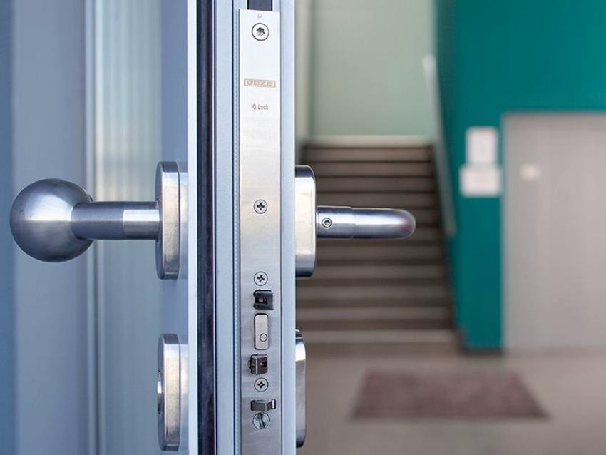 Двери с системой Антипаника могут монтироваться в жилых и общественных помещениях
