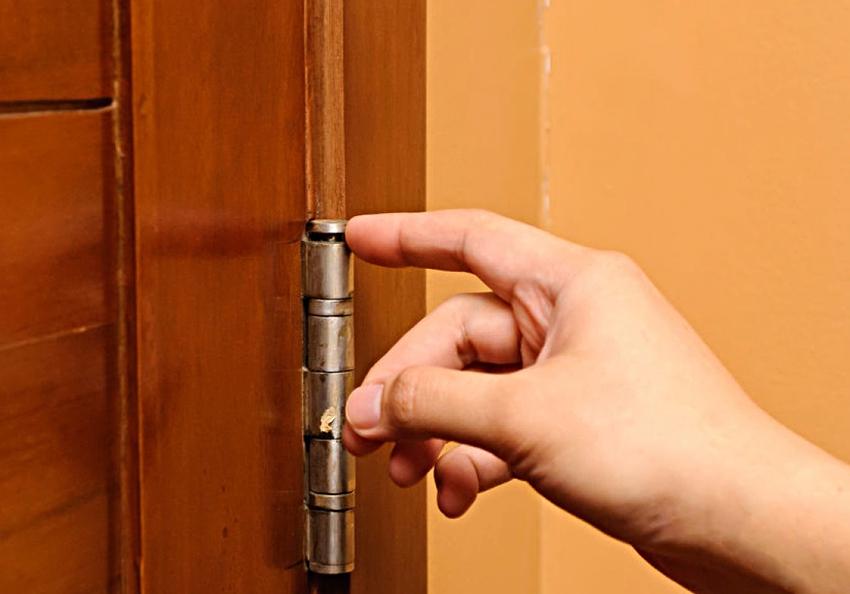 Перед началом работ необходимо снять входную дверь с петель