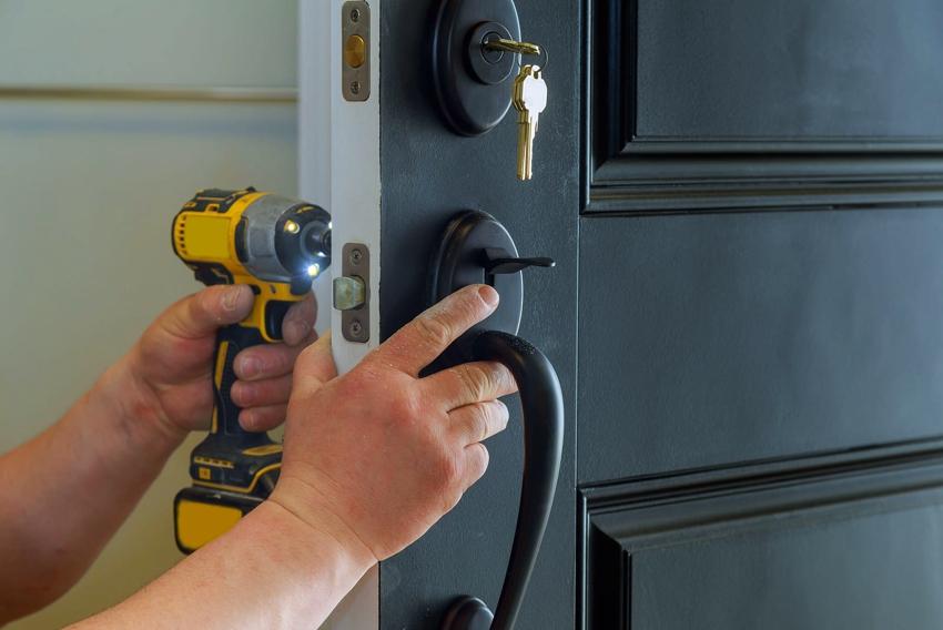 После монтажа накладки придётся заменить всю старую фурнитуру, поскольку толщина двери увеличится