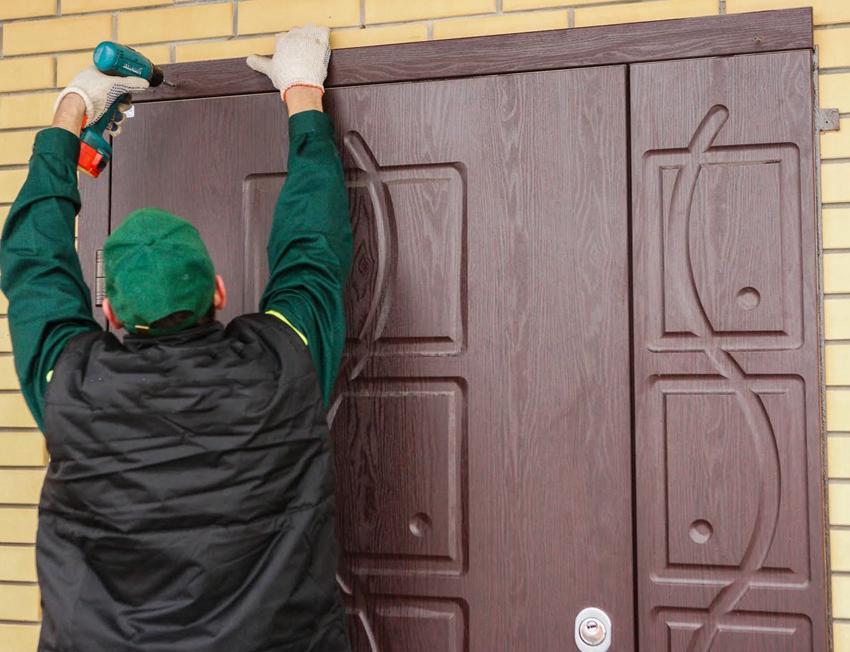 Процесс обновления старой входной двери с помощью декоративной накладки