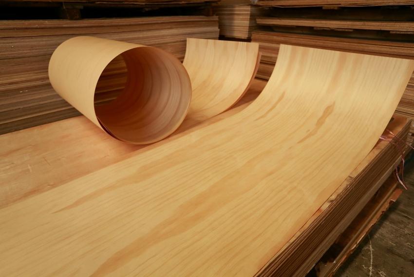 С помощью листов шпона можно быстро и недорого обновить старые двери и мебель
