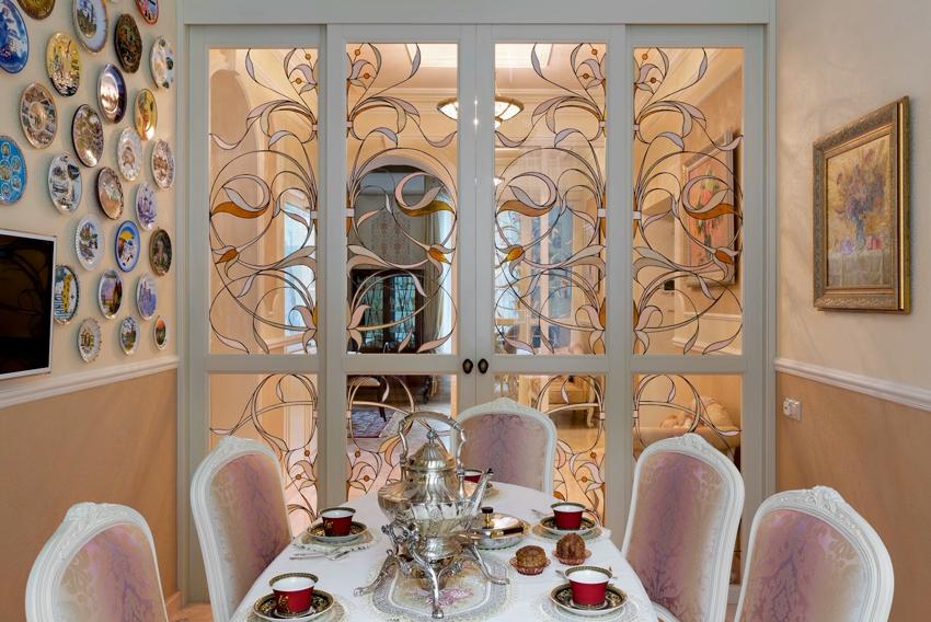 Стеклянные вставки на двери можно декорировать с помощью витражей и рисунков