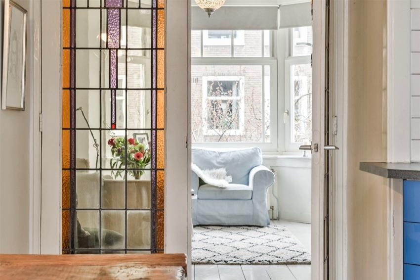 В старых глухих дверях можно вырезать место для вставки витражей