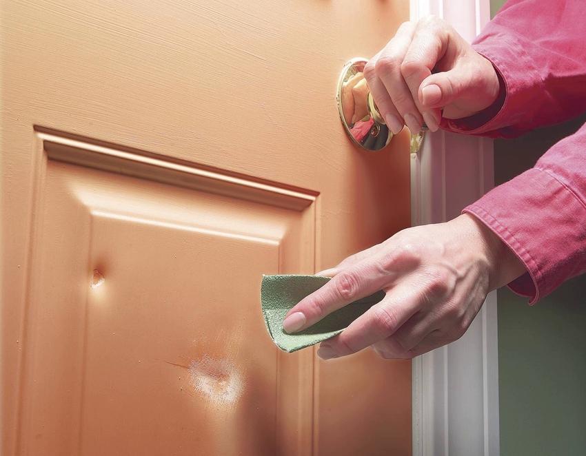 Вмятины на поверхности шпонированной двери заделываются с помощью специального воска
