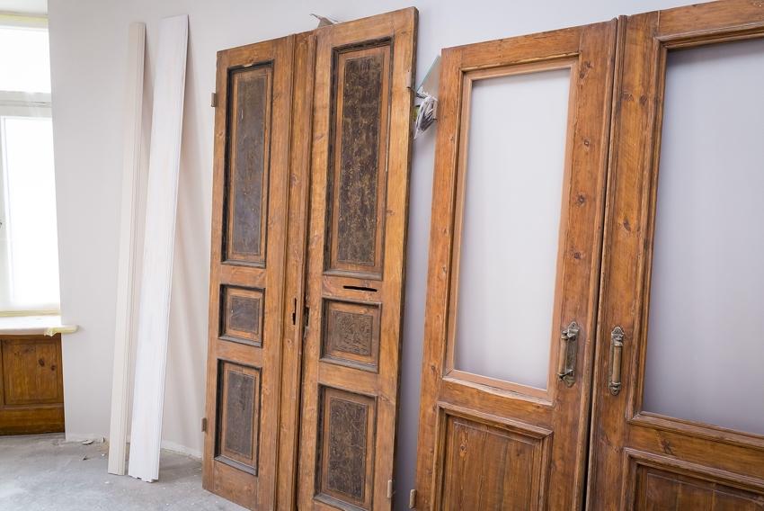 Для большего удобства в процессе реставрации, рекомендуется снять двери с петель