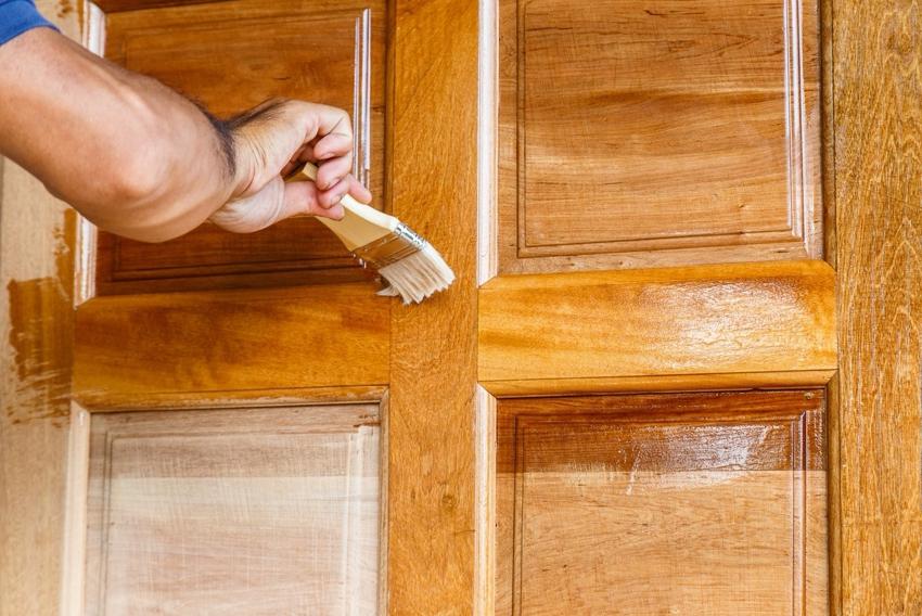 Иногда для обновления старой двери достаточно шлифовки и нанесения слоя лака