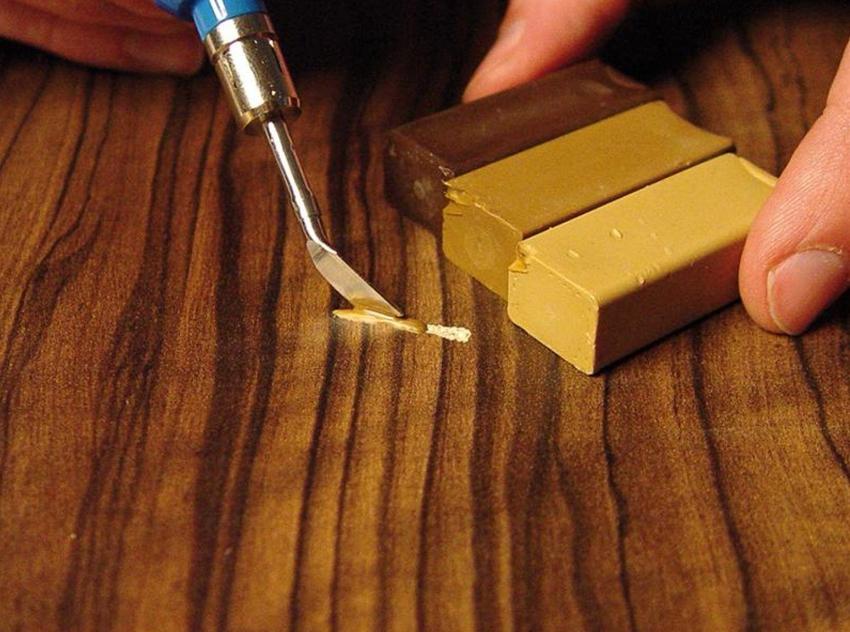 Трещины и царапины на поверхности дверного полотна заделываются специальной шпаклёвкой подходящего оттенка
