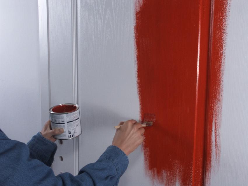 Самый быстрый и недорогой способ обновить старую дверь - окрашивание