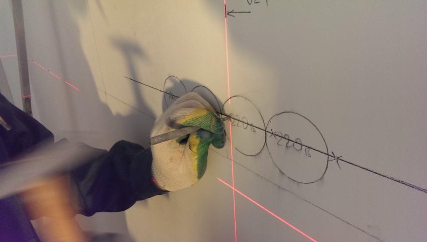 Перед началом работ на стену наносится разметка