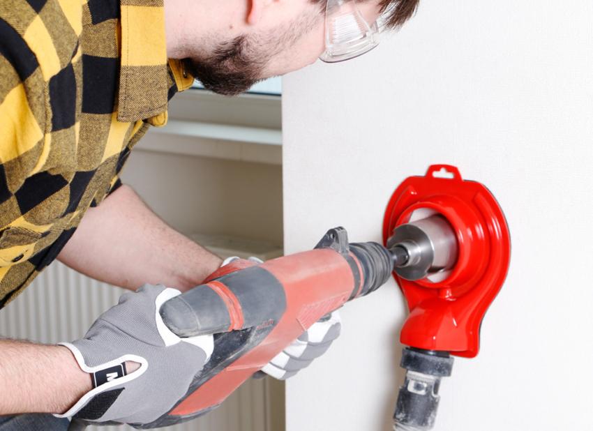 Сверление отверстия в стене с помощью специального инструмента
