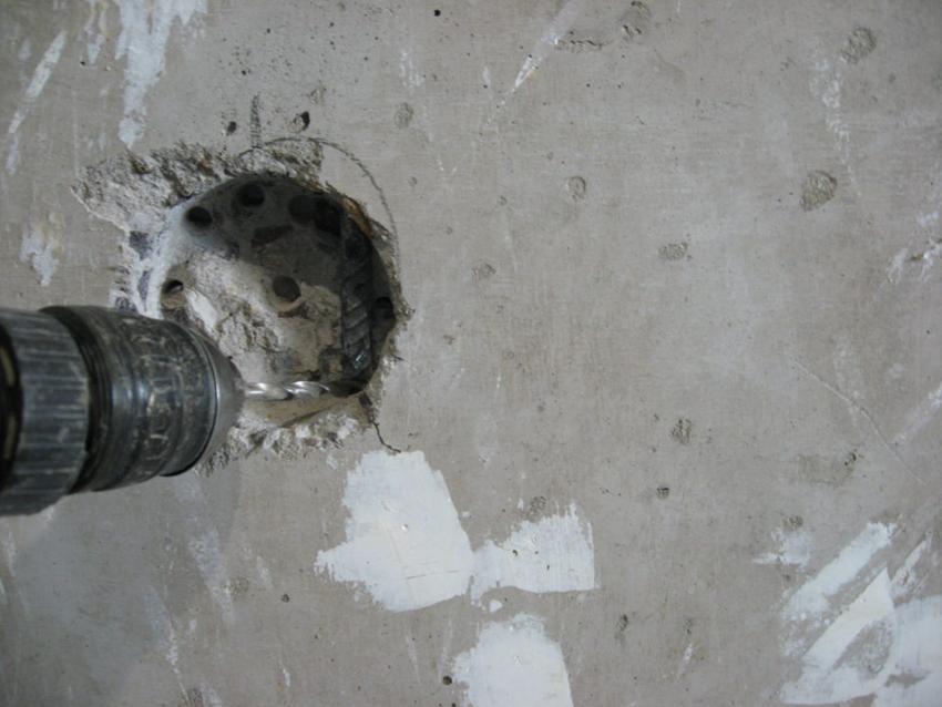 Выбивание вырезанного бетона с помощью дрели