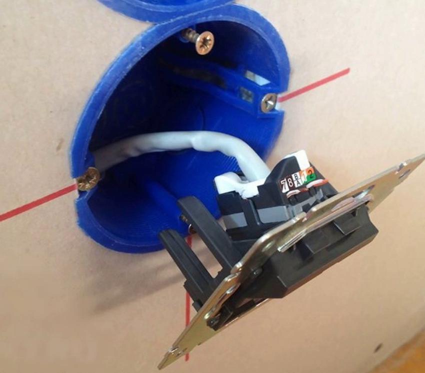 После закрепления коробки в стене можно приступать к монтажу розетки