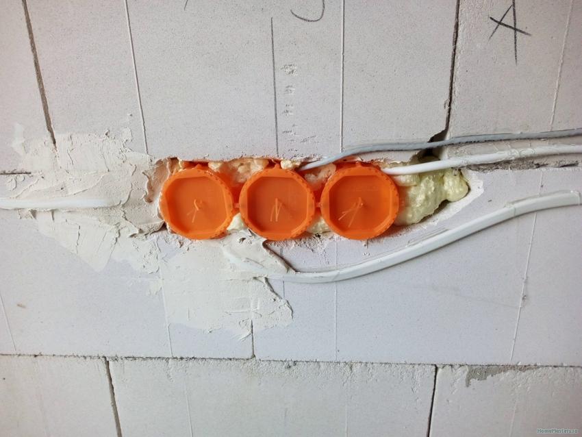 Перед началом оштукатуривания стен на стаканы необходимо надеть специальные заглушки