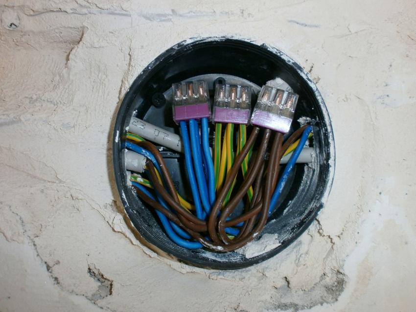 Места внутри подрозетника достаточно для размещения необходимых проводов