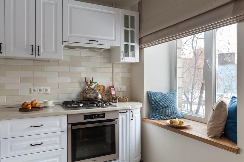 Возле окна с низким подоконником можно обустроить уютную зону отдыха