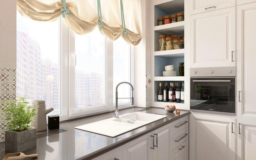 Римские шторы в оформлении окна на кухне