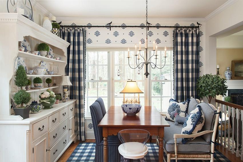 Окно в кухне-столовой украшено текстильными занавесками