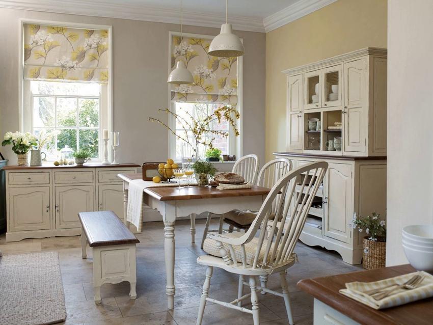 Для окон, под которыми расположена рабочая зона кухни, целесообразнее использовать рулонные шторы