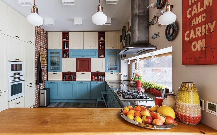 Оригинальное низкое окно на кухне, расположенное вдоль всей рабочей поверхности
