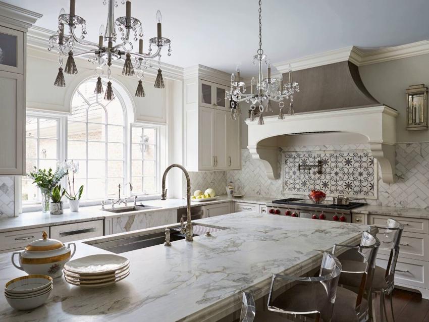 Большое окно арочной формы на кухне в классическом стиле