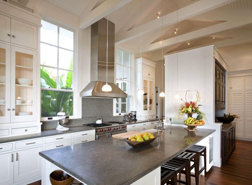 Элегантный дизайн кухни с двумя окнами