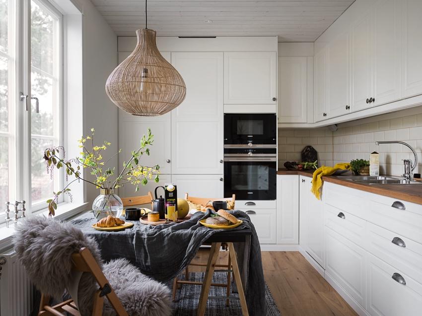 Угловая кухня с окном и уютной обеденной зоной