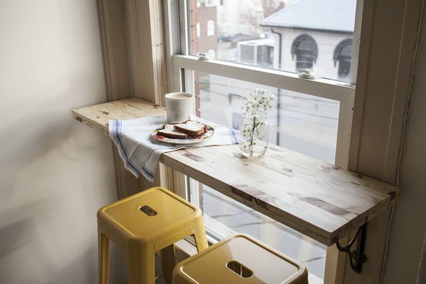 Барная стойка на кухне возле панорамного окна