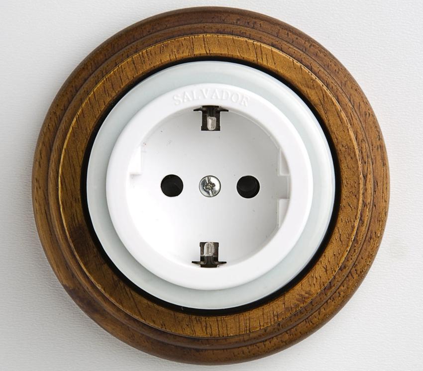 Круглая розетка с заземлением в оригинальном деревянном корпусе