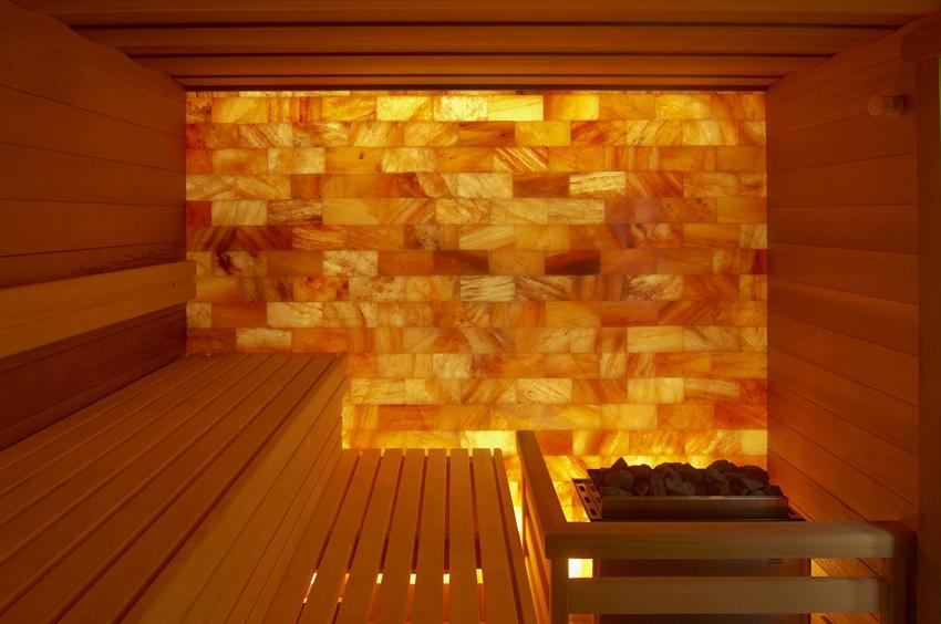 Стена парной выполнена из гималайской соли с подсветкой