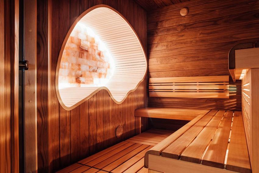 Красивое освещение в сауне с использованием светодиодных лент и подсветки экрана из гималайской соли
