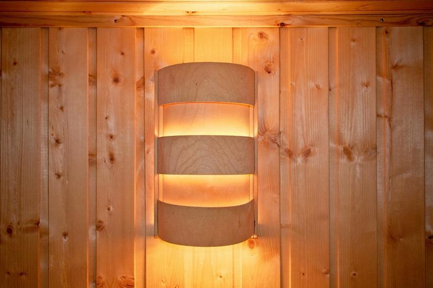 Деревянный экран для светильника в баню
