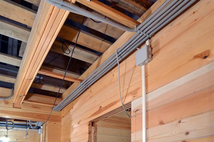 При монтаже электропроводки в бане, все провода необходимо помещать в специальные тепло- и влагозащитные трубы