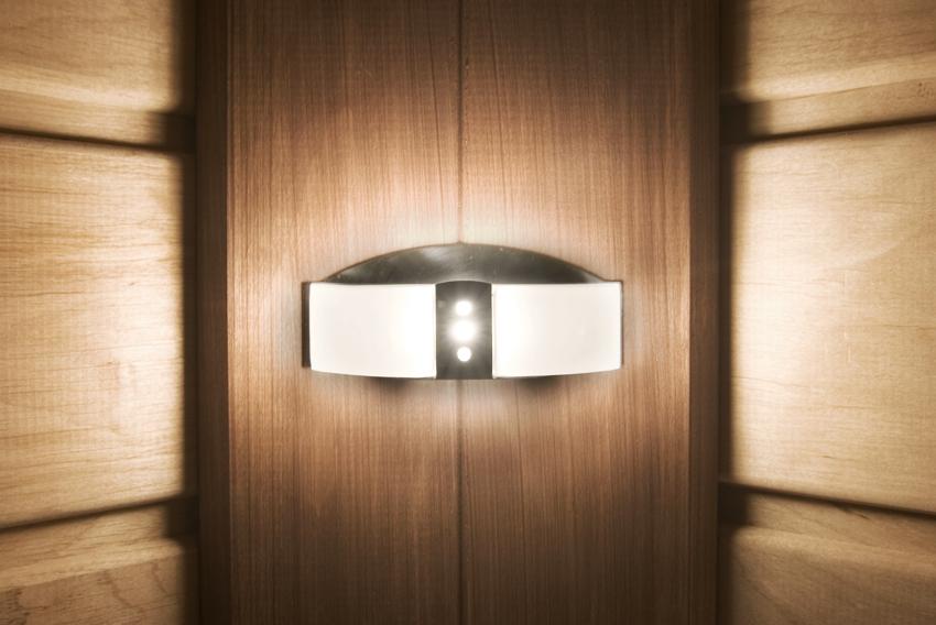 Для освещения в парной можно использовать галогенные, светодиодные или оптоволоконные лампы