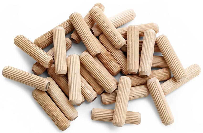 Из подручных материалов, при отсутствии дюбелей, можно использовать деревянные брусочки (чопики)