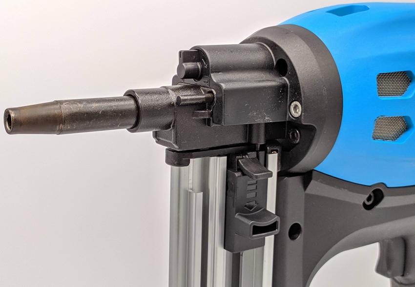 Газовые монтажные пистолеты обладают высокой мощностью и способны забивать гвозди в твердые поверхности