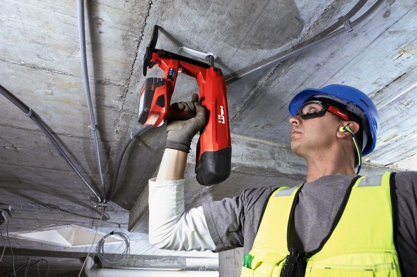 С помощью нейлера можно забивать гвозди в потолки и труднодоступные места