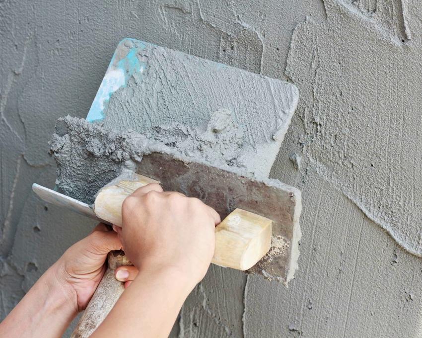 Цементная шпаклевка долго застывает, что дает возможность исправить погрешности при нанесении