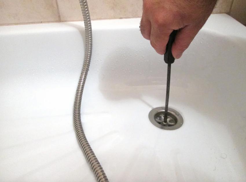 Для очистки и промывки сифона сначала нужно открутить насадку на сливное отверстие